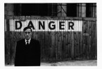 Portrait de William S. Burroughs devant le Théâtre Odeon, 1959 © Brion Gysin