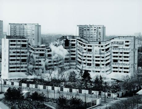 © Mathieu Pernot, Les Implosions, Meaux, 17 avril 2005 - Photographie noir et blanc, 100 x 130 cm - Collection Frac Alsace